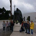 Przy-pomniku-Papieża-Polaka-w-Fatimie