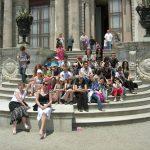 Wspólne zdjęcie na schodach pałacu sułtana