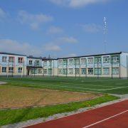 Obraz przedstawia budynek szkoły