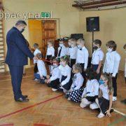 Dyrektor Szkoły pasuje pierwszoklasistów na uczniów