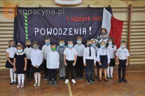 Zdjęcie grupowe pierwszoklasistów razem z wychowawcą