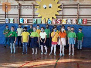 Uczniowie klasy Ia stoją w grupie