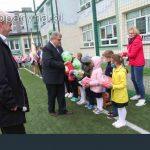 Wręczanie przez Dyrektora piłek uczniom szkoły