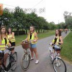 Uczennice klasy ósmej z rowerami i w kamizelkach odblaskowych przed gospodarstwem agroturystycznym.