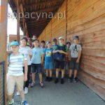 Wspólna fotografia uczniów klasy czwartej na wycieczce w ZOO Safari Borysew.