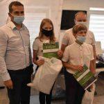 Nagrodzeni uczniów naszej szkoły Antek Szczepański i Kornelia Serwach z przedstawicielami organizatorów. Dzieci trzymają w rękach torby z upominkami i dyplomy.