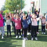 Najmłodsza klasa aktywnie uczestniczy we wspólnej rozgrzewce