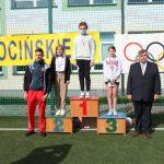 Zwyciężczynie biegu na 60 metrów – rocznik 2009, Mistrz Olimpijski z Tokio i Dyrektor Szkoły w Pacynie pozują do zdjęcia