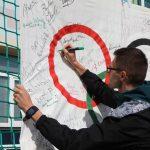 Złoty medalista z Tokio 2021 składa podpis na Pamiątkowej Fladze Olimpijskiej