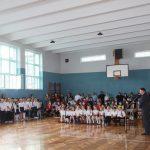 Uczniowie podczas rozpoczęcia roku szkolnego na sali gimnastycznej. Przemowa Wójta Gminy Pacyna