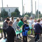 Uczniowie chętnie korzystają z przygotowanego przez Radę Rodziców grillowego posiłku