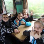 Uczniowie klasy czwartej w wagoniku kolejki wąskotorowej popularnie zwanej ciuchcią podczas podróży do Wilcza Tułowskiego.