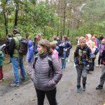 Uczniów klasy czwartej i piątej na spacerze w Puszczy Kampinowskiej.