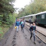 Uczestnicy wycieczki wracają ze spaceru, wsiadają do Pociągu Retro.