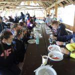 Wspólny posiłek w altanie w Osadzie Puszczańskiej.