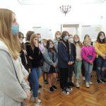 Zdjęcie przedstawia uczniów klasy ósmej słuchających wykładu pracownika Muzeum Bitwy Nad Bzurą.