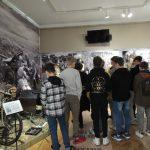Zdjęcie przedstawia uczniów klasy ósmej podczas zajęć na ekspozycji w Muzeum Bitwy nad Bzurą.